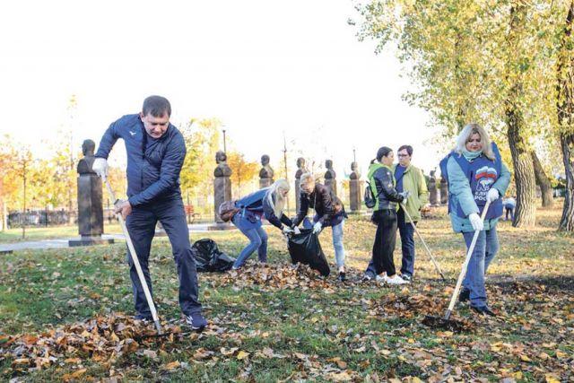 Владимир Нетёсов  с коллегами убирал листву и мусор, участвовал в подготовке зелёных насаждений к зиме.