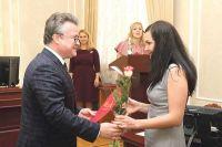 Вадим Кстенин вручил почётные грамоты и благодарности администрации лучшим специалистам отрасли.