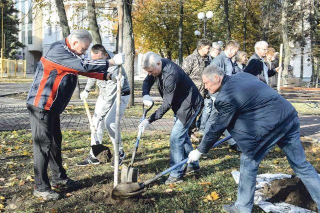 Александр Гусев сажал деревья в сквере им. Бунина.