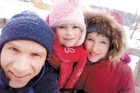 Вдали от городской суеты стало больше времени на общение с детьми. Наталья и Григорий Елохины с младшей дочкой Ксенией.