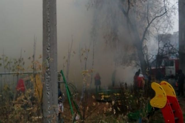 Около горящего дома столпились соседи и случайные прохожие.