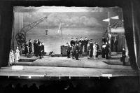 Сцена из спектакля «Раскинулось море широко» Ленинградского театра музыкальной комедии, 1942.