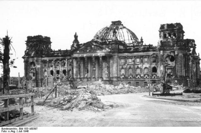 Разрушенное здание Рейхстага в Берлине, 1946 год.