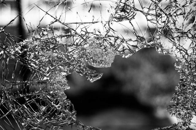 Тюменцы разбили булыжником стекло в автобусе