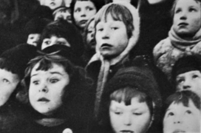 Блокадный Ленинград. Дети наблюдают за самолетами.