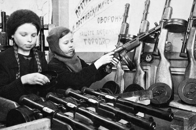 Вооружения катастрофически не хватало. На сборке оружия работали даже дети.