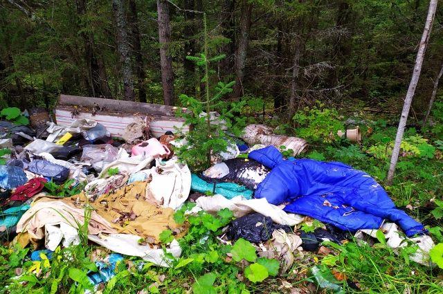 На момент прокурорской проверки территория, на которой размещались опасные вещества, не имела ограждений и специально водовлагонепроницаемого покрытия