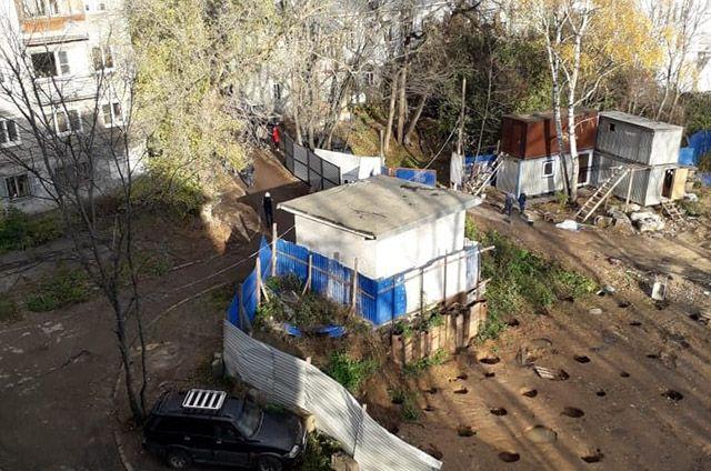 К дому-памятнику, где с 1940-х годов жил гений Ростислав Алексеев, подступает строительный забор.