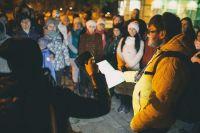 Экскурсоводы стараются удивить туристов: осенью в Смоленске появилась новая необычная экскурсия, которую проводят ночью на улицах с фонариком и книгой.