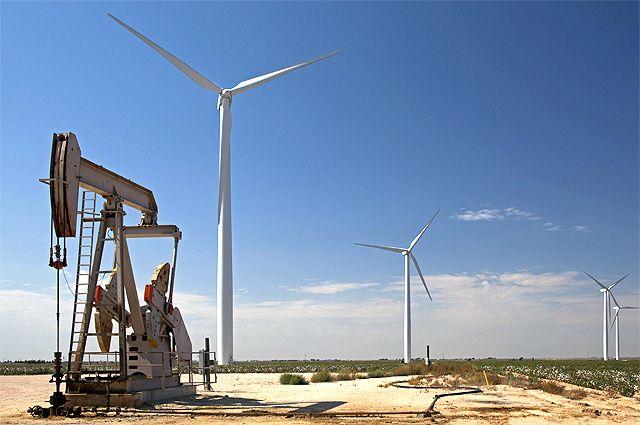 Нефтяная скважина и ветряные турбины в Стэнтоне, западный Техас.