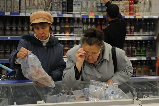 Если  каждый месяц из пенсии вычитают 50% за долги, то  денег не хватит даже на самые дешёвые продукты.