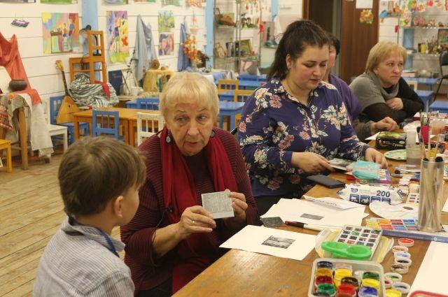 Заслуженный художник России Людмила Юга рассказала юному Владику о том, как делаются гравюры.