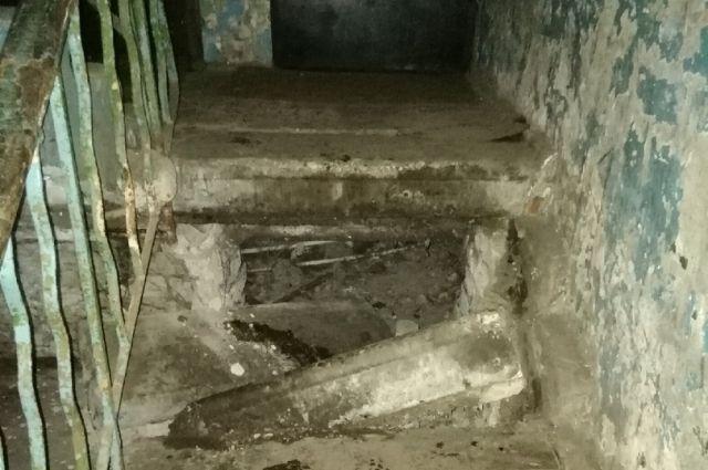 Лестница рухнула, люди не знают, как жить в таком доме.