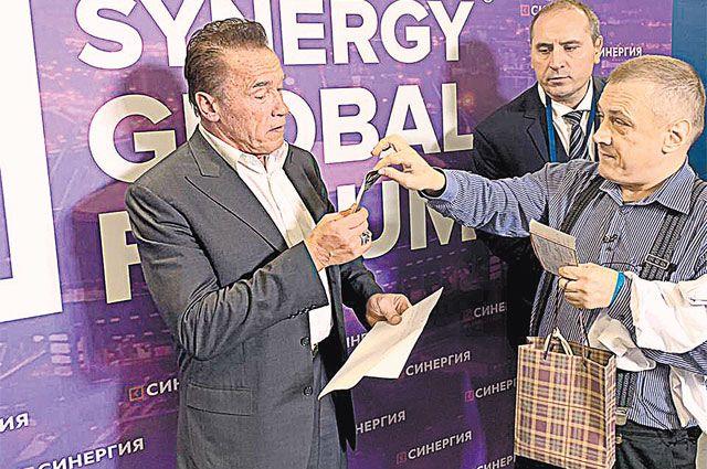 Сергей всю жизнь бредил Шварценеггером и его железной рукой. Мечтал о встрече. И домечтался. В октябре 2019-го в Петербурге, на образовательном форуме, они встретились.