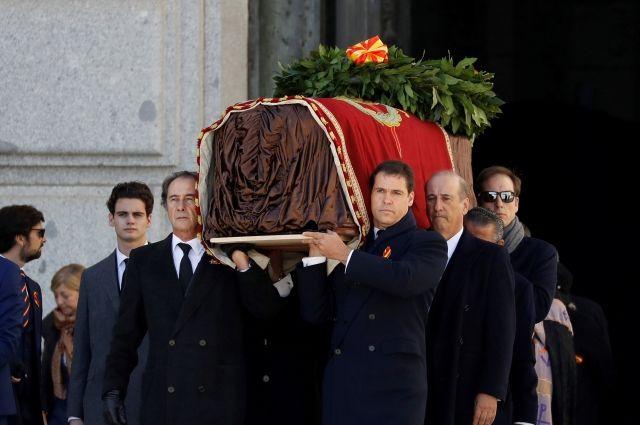 Внуки Франко заявили, что власти Испании осквернили могилу диктатора |  История | Общество | Аргументы и Факты
