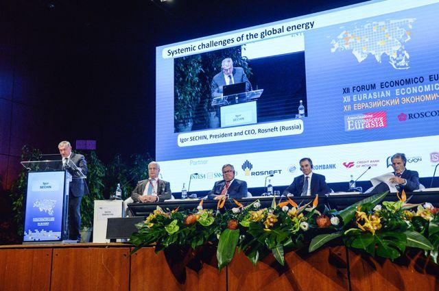 Игорь Сечин выступает на XII Евразийском экономическом форуме в Вероне.