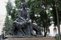 Памятник Бунину в Воронеже.