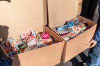 """В ГК """"Сибантрацит"""" собрали 10 больших коробок с игрушками, книгами, канцтоварами и другими приятными мелочами."""