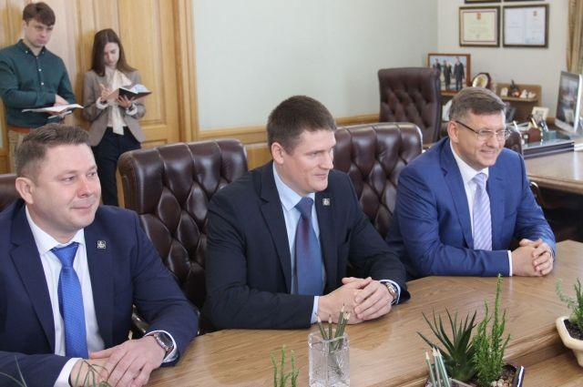 Денис Константинов (крайний справа) на встрече с брянским губернатором.