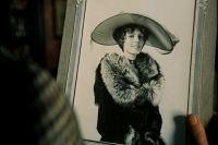 Эмма Биккер была одним из прототипов героини рассказов Артура Конан-Дойля Ирен Адлер (кадр из советского фильма о Шерлоке Холмсе)
