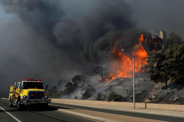 Леброну Джеймсу довелось  срочно эвакуироваться издома из-за пожаров вЛос-Анджелесе