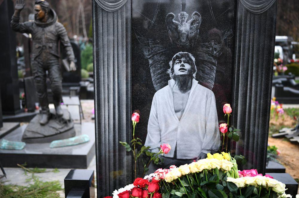 Памятник актеру Николаю Караченцову на Троекуровском кладбище.