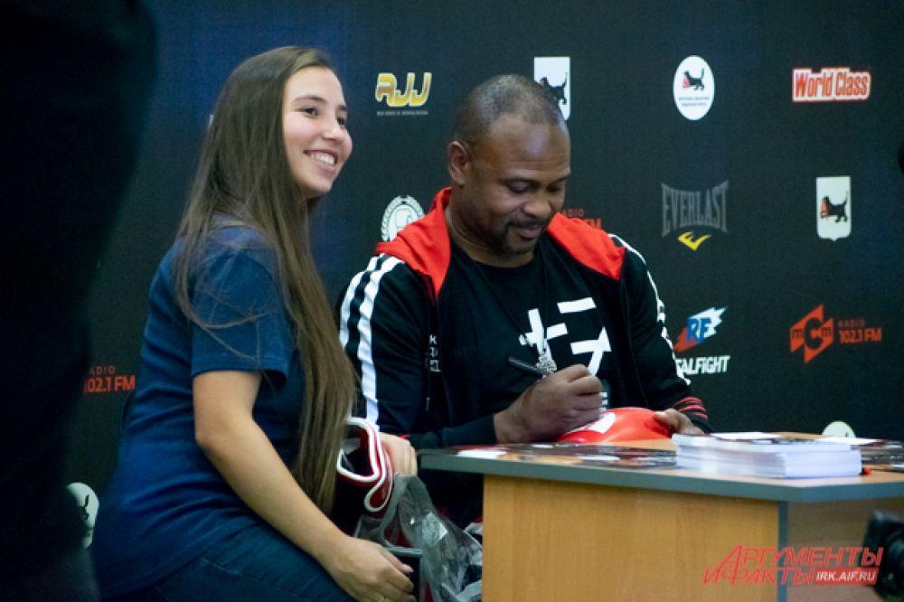А в конце легендарный чемпион провёл автограф-сессию для всех желающих