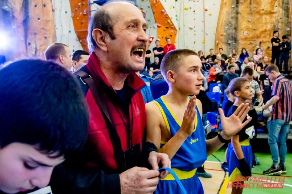 Рядом с рингом и с трибун участников поддерживали тренера, друзья и близкие