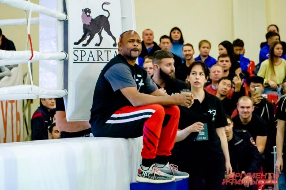 27 октября легендарный боксёр Рой Джонс-младший провёл открытую тренировку с участниками его социального проекта «Путь к абсолютной победе»
