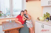 Кухня в реновационном доме такая просторная, что именно здесь удобнее всего накрывать стол для гостей.