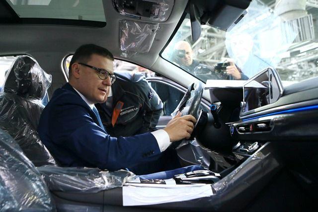 В Казахстане Алексей Текслер лично оценил автомобили, которые собирают в соседней республике.
