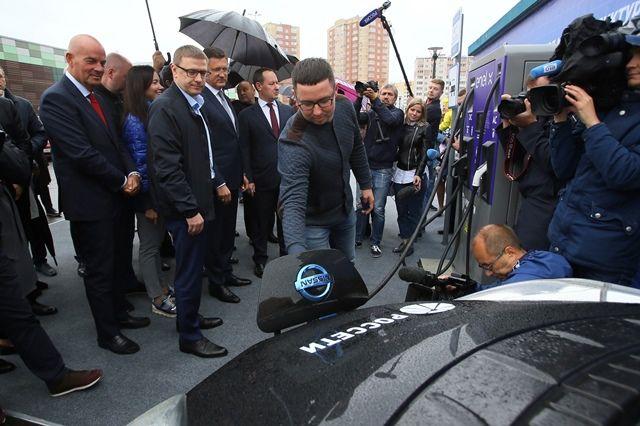 Борьба за экологию в Челябинске включает и модернизацию транспорта. Этим летом Алексей Текслер открыл станцию по зарядке электромобилей.