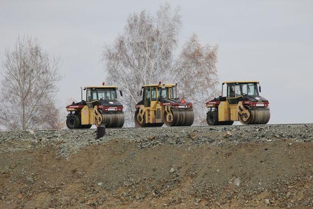 Несмотря на плохую погоду сезон дорожных работ в Челябинской области продолжается.
