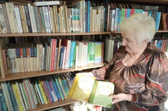 Библиотечные полки — хранилище историй и тайн.