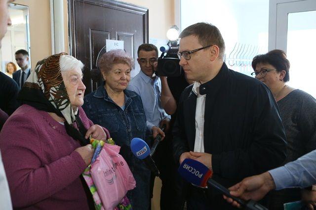 В Миасском во время визита в поликлинику Алексея Текслера сразу же обступили посетители медучреждения.