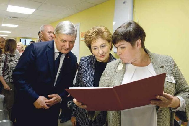 Губернатор и вице-спикер Совета Федерации ознакомились с планами работы новой поликлиники офтальмологической больницы.