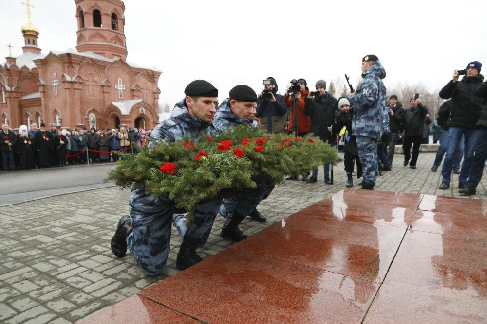 Возложение гирлянд и цветов было самым строгим церемониалом торжеств на малой родине Калашникова, о которой он не забывал никогда.