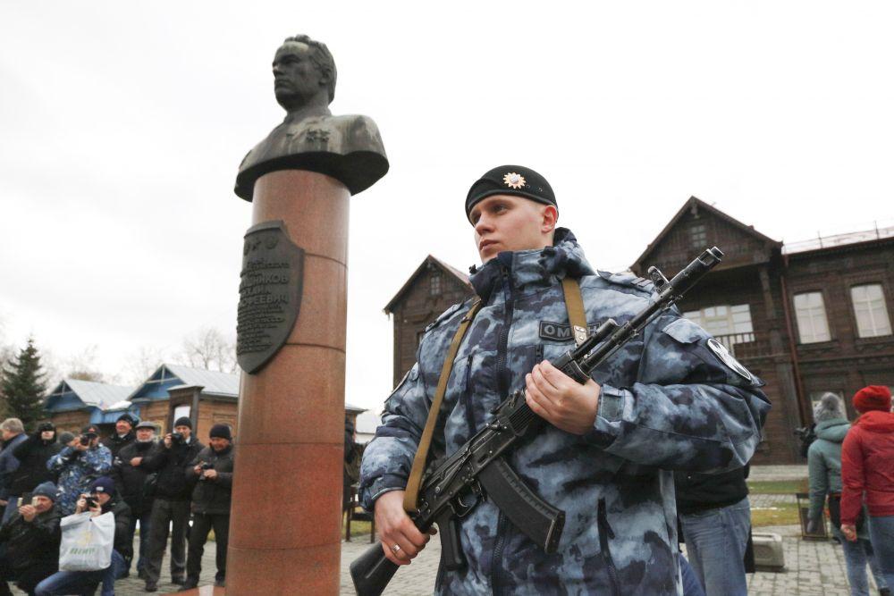 Почётный караул у бюста  Михаила Тимофеевича подтверждал: надёжное оружие –в надёжных руках.
