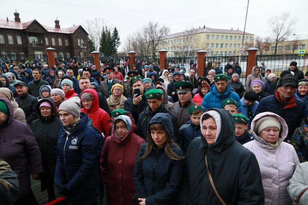 На освящение храма и первую службу пришли и приехали сотни людей.