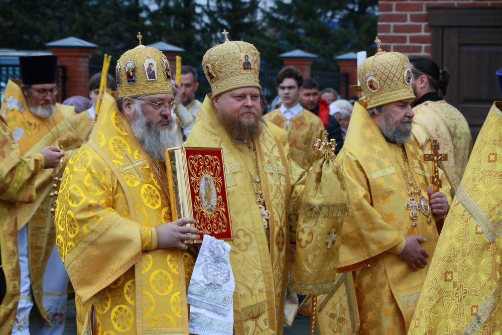 А в крестном ходе приняли участие десятки священослужителей.