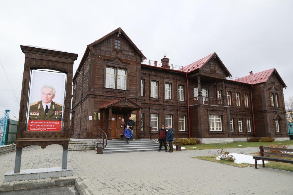 Музей великого оружейника, открытый ещё при его жизни, встречал гостей обновлённой экспозицией.