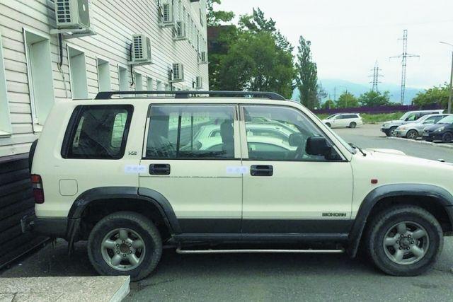 Порой за долги приходится машины отдавать: арестованный джип неплательщика за тепло.