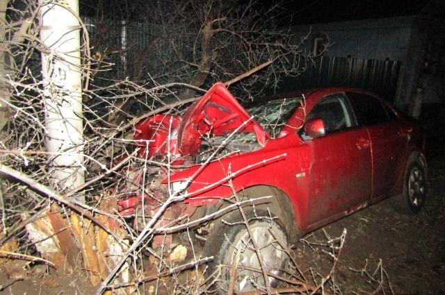 В Ижевске пьяный водитель иномарки без прав врезался в столб