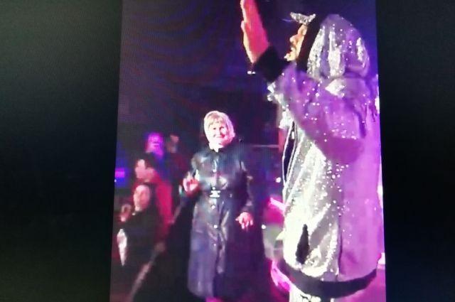 Диско-бабуля отожгла на концерте Филиппа Киркорова.