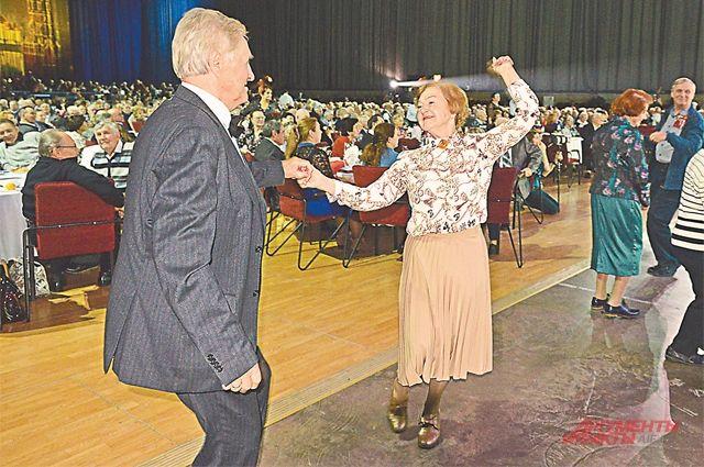 Пары-юбиляры без устали танцевали весь праздник.