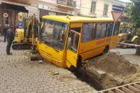 Влетел в яму: в Черновцах автобус с детьми попал в серьезное ДТП