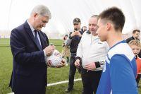 Александр Гусев пообщался с юными футболистами и их наставниками.