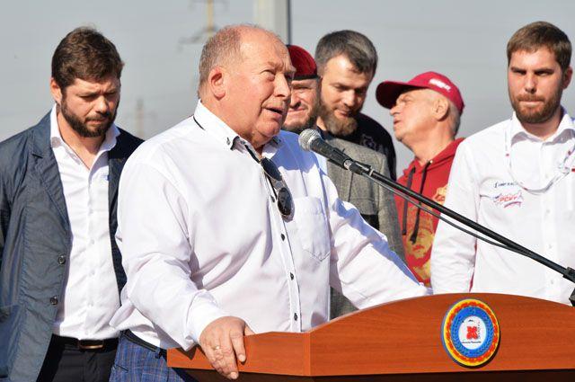 Президент Российской автомобильной федерации (РАФ) Виктор Кирьянов выступает перед началом соревнований за Кубок Чеченской Республики по кольцевым автогонкам.