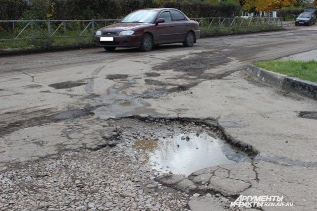 С каждым днем яма становится все больше и больше, тем самым повышая риск возникновения дорожно-транспортных происшествий на этом участке дороги.