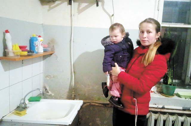Отопление в доме недавно включили со скандалом, а вот горячей воды всё ещё нет.